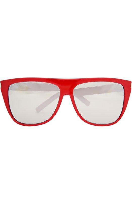 Солнцезащитные очки Saint LaurentОчки<br>Солнцезащитные очки в красной пластиковой оправе дополнены зеркальными серыми линзами с высокой степенью затемнения и 100% защитой от УФ-лучей. Внешние углы украшены позолоченными заклепками. На дужки нанесена гравировка в виде логотипа бренда, основанного Ивом Сен-Лораном.<br><br>Пол: Женский<br>Возраст: Взрослый<br>Размер производителя vendor: NS<br>Цвет: Бесцветный