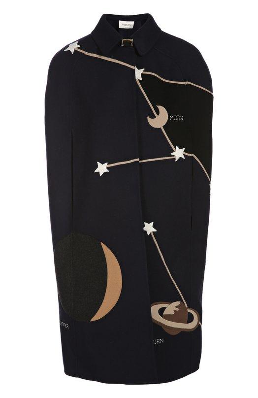 Накидка ValentinoНакидки<br>Темно-синяя накидка, украшенная аппликацией в виде созвездий, вошла в осенне-зимнюю коллекцию бренда, основанного Валентино Гаравани. Изображение звезд и планет впервые было использовано в рекламной кампании марки в 1970 году. Нам нравится сочетать с ботильонами и небольшой сумкой.<br><br>Российский размер RU: 42<br>Пол: Женский<br>Возраст: Взрослый<br>Размер производителя vendor: 40<br>Материал: Отделка-шерсть: 98%; Шерсть овечья: 82%; Полиамид: 2%; Отделка-кашемир: 2%; Ангора: 15%; Эластан: 1%;<br>Цвет: Темно-синий