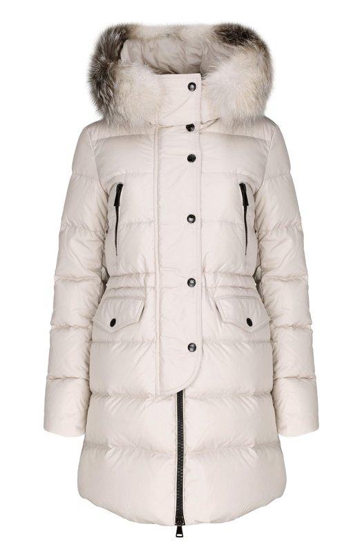 Пуховик с капюшоном MonclerКуртки<br>Приталенная модель кремового цвета вошла в коллекцию сезона осень-зима 2015 года. Стеганый легкий пуховик с капюшоном выполнен из водоотталкивающей ткани. Куртка с утеплителем из гусиного пуха застегивается на двустороннюю молнию, скрытую под планкой на кнопках. Капюшон декорирован мехом лисы.<br><br>Российский размер RU: 42<br>Пол: Женский<br>Возраст: Взрослый<br>Размер производителя vendor: 1<br>Материал: Пух: 90%; Полиамид: 100%; Подкладка-полиамид: 100%; Перо: 10%; Отделка мех./лиса/: %;<br>Цвет: Кремовый