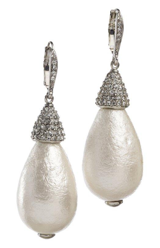 Серьги Oscar de la RentaСерьги<br>Серьги с французским замком вошли в классическую коллекцию бренда, основанного Оскаром де ла Рента. Аксессуар из посеребренного металла дополнен каплевидной подвеской, украшенной искусственным жемчугом и кристаллами Swarovski.<br><br>Пол: Женский<br>Возраст: Взрослый<br>Размер производителя vendor: NS<br>Материал: Стекло; Пластик; Недрагоценный металл;<br>Цвет: Белый