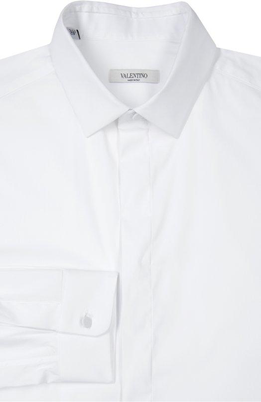 Сорочка ValentinoРубашки<br>В весенне-летнюю коллекцию бренда, основанного Валентино Гаравани, вошла рубашка из гладкого белого хлопка. Пуговицы на манжетах длинных рукавов обтянуты той же тканью. Изделие с воротником акула застегивается на потайные пуговицы.<br><br>Российский размер RU: 48<br>Пол: Мужской<br>Возраст: Взрослый<br>Размер производителя vendor: 39<br>Материал: Хлопок: 74%; Эластан: 3%; Полиамид: 23%;<br>Цвет: Белый