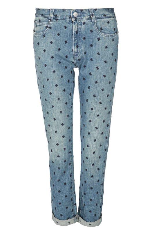 Джинсы Stella McCartneyДжинсы<br>Стелла Маккартни включила в классическую коллекцию зауженные джинсы с посадкой на талии. Укороченная модель с отворотами сшита из голубого потертого хлопка со сплошной вышивкой в виде звезд. Попробуйте сочетать с белым свитером и монками в тон.<br><br>Российский размер RU: 48<br>Пол: Женский<br>Возраст: Взрослый<br>Размер производителя vendor: 29<br>Материал: Хлопок: 98%; Эластан: 2%; Отделка-полиэстер: 100%;<br>Цвет: Голубой