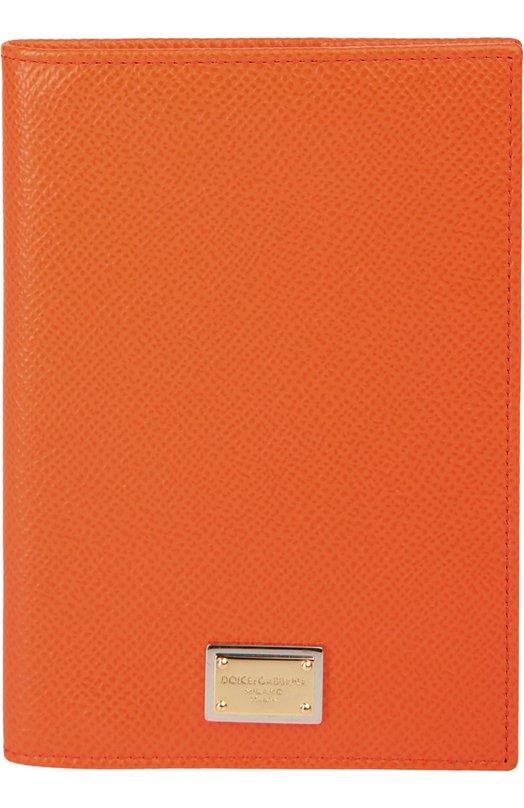 Футляр для документов Dolce &amp; GabbanaОбложки и футляры<br>Обложка для паспорта, выполненная из фактурной оранжевой кожи с тиснением Dauphine, вошла в весенне-летнюю коллекцию бренда, основанного Доменико Дольче и Стефано Габбана. Аксессуар украшает позолоченная пластина с выгравированным логотипом марки.<br><br>Пол: Женский<br>Возраст: Взрослый<br>Размер производителя vendor: NS<br>Материал: Кожа натуральная: 100%;<br>Цвет: Оранжевый