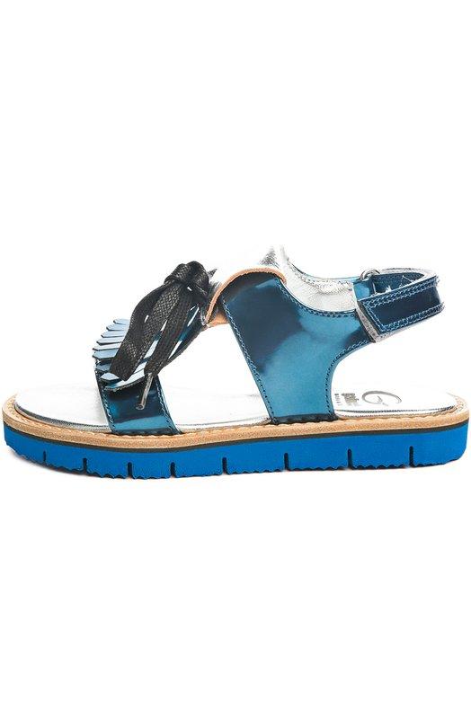 Сандалии GallucciБосоножки<br>В весенне-летнюю коллекцию марки, основанной Луи Галлуччи, вошли сандалии из темно-синей ламинированной кожи. Верх, дополненый вставкой из металлизированной кожи, украшен бахромой и черным шнурком, завязанным на бант. Модель на широкой подошве с протектором застегивается сзади на застежку велькро.<br><br>Российский размер RU: 32<br>Пол: Женский<br>Возраст: Детский<br>Размер производителя vendor: 32<br>Материал: Кожа натуральная: 100%; Стелька-кожа: 100%; Подошва-резина: 100%;<br>Цвет: Серебряный