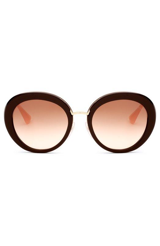 Солнцезащитные очки PradaОчки<br>Миучча Прада включила в коллекцию сезона весна-лето 2016 года солнцезащитные очки в коричневой пластиковой оправе круглой формы, с градиентными ударопрочными линзами. Мост и тонкие дужки, украшенные выгравированным логотипом бренда, выполнены из позолоченного метала.<br><br>Пол: Женский<br>Возраст: Взрослый<br>Размер производителя vendor: NS<br>Цвет: Коричневый