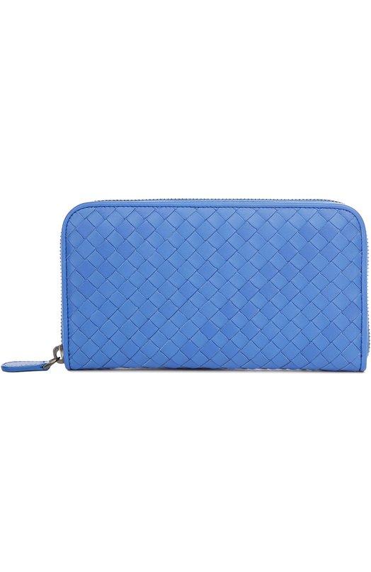 Кожаный кошелек на молнии Bottega VenetaКошельки и портмоне<br>В качестве декора портмоне использовано плетение intrecciato, ставшее визитной карточкой марки. Модель, закрывающаяся на молнию, сшита из мягкой матовой кожи наппа ярко-синего цвета. Изделие состоит из восьми слотов для карт, двух отделений для купюр и кармана на молнии.<br><br>Пол: Женский<br>Возраст: Взрослый<br>Размер производителя vendor: NS<br>Материал: Кожа натуральная: 100%;<br>Цвет: Синий