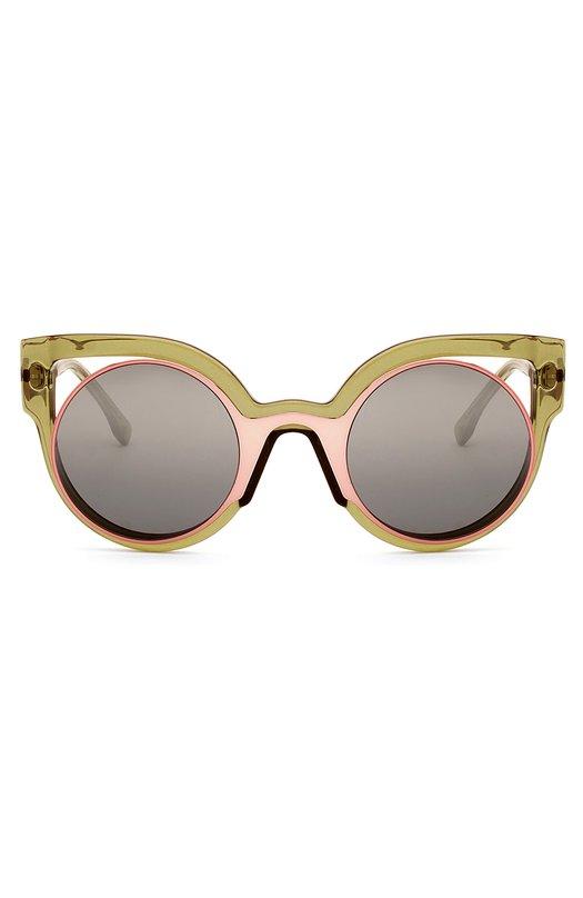 Солнцезащитные очки FendiОчки<br>Солнцезащитные очки Paradeyes в зеленой пластиковой оправе формы cat-eye дополнены круглыми тонированными линзами с розовой металлической окантовкой. Фигурные дужки с мягкими заушниками украшены выгравированным логотипом бренда, основанного супругами Фенди.<br><br>Пол: Женский<br>Возраст: Взрослый<br>Размер производителя vendor: NS<br>Цвет: Бесцветный