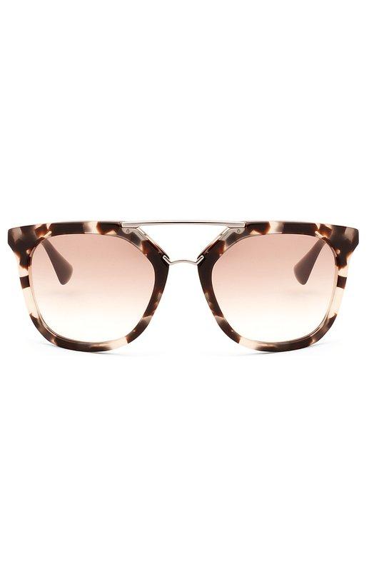 Солнцезащитные очки PradaОчки<br>Солнцезащитные очки с двойным мостом, в легкой оправе из черепахового ацетата дополнены светло-коричневыми градиентными линзами. Металлические дужки с пластиковыми заушниками украшены выгравированным логотипом бренда, основанного Марио и Мартино Прада.<br><br>Пол: Женский<br>Возраст: Взрослый<br>Размер производителя vendor: NS<br>Цвет: Бесцветный