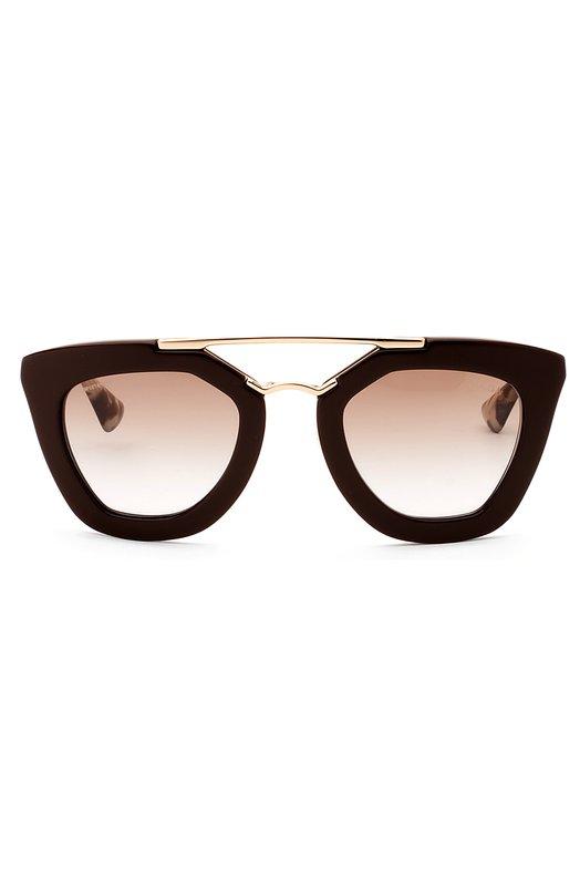 Солнцезащитные очки PradaОчки<br>Солнцезащитные очки из легкого черного ацетата, с двойным позолоченным мостом дополнены светло-коричневыми градиентными линзами с высокой степенью защиты от УФ-лучей. Металлические дужки с пятнистыми заушниками украшены логотипом бренда, основанного Марио и Мартино Прада.<br><br>Пол: Женский<br>Возраст: Взрослый<br>Размер производителя vendor: NS<br>Цвет: Бесцветный