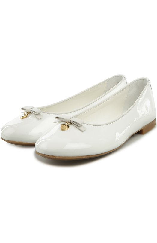 Балетки Dolce &amp; GabbanaБалетки<br>Белые балетки с круглым мысом, на низком широком каблуке выполнены из ультрамягкой лакированной кожи. Модель, украшенная бантом и позолоченной подвеской в виде сердца, вошла в весенне-летнюю коллекцию бренда, основанного Доменико Дольче и Стефано Габбана.<br><br>Российский размер RU: 36<br>Пол: Женский<br>Возраст: Детский<br>Размер производителя vendor: 36<br>Материал: Кожа натуральная: 100%; Стелька-кожа: 100%; Подошва-резина: 100%;<br>Цвет: Белый