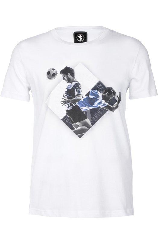 Футболка джерси Dirk BikkembergsФутболки<br>В весенне-летнюю коллекцию бренда, основанного Дирком Биккембергсом, вошла белая футболка с принтом в виде футболистов. Модель прямого кроя, с круглым вырезом и короткими рукавами сшита из мягкого хлопка джерси. Советуем носить с голубыми джинсами, черным кожаным бомбером и белыми кедами.<br><br>Российский размер RU: 48<br>Пол: Мужской<br>Возраст: Взрослый<br>Размер производителя vendor: M<br>Материал: Хлопок: 100%;<br>Цвет: Белый