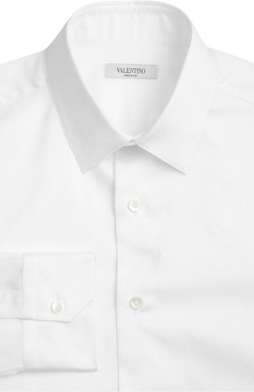 Сорочка ValentinoРубашки<br>В весенне-летнюю коллекцию бренда, основанного Валентино Гаравани, вошла рубашка с воротником кент и длинными рукавами. Мастера марки создали модель вручную из мягкого фактурного хлопка белого цвета. Советуем сочетать с зеленым костюмом и черными дерби.<br><br>Российский размер RU: 48<br>Пол: Мужской<br>Возраст: Взрослый<br>Размер производителя vendor: 39<br>Материал: Хлопок: 100%;<br>Цвет: Белый