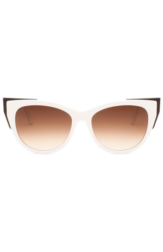 Очки солнцезащитные Thierry LasryОчки<br>Мастера марки, основанной Тьери Ласри, изготовили солнцезащитные очки Epiphany с градиентными стеклами коричневого цвета. Оправа cat eye, выполненная из прочного непрозрачного пластика белого цвета, украшена контрастными черными уголками.<br><br>Пол: Женский<br>Возраст: Взрослый<br>Размер производителя vendor: NS<br>Цвет: Белый