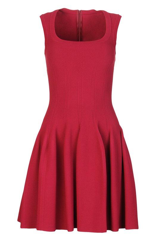 Платье AlaiaПлатья<br>Малиновое приталенное платье с круглым вырезом, без рукавов вошло в весенне-летнюю коллекцию бренда, основанного Аззедином Алайя. Модель, застегивающаяся сзади на потайную молнию, выполнена из фактурного текстиля. Облегающий лиф и подол с мягкими складками украшены ткаными узорами.<br><br>Российский размер RU: 42<br>Пол: Женский<br>Возраст: Взрослый<br>Размер производителя vendor: 36<br>Материал: Вискоза: 78%; Эластан: 2%; Полиамид: 10%; Полиэстер: 10%;<br>Цвет: Малиновый