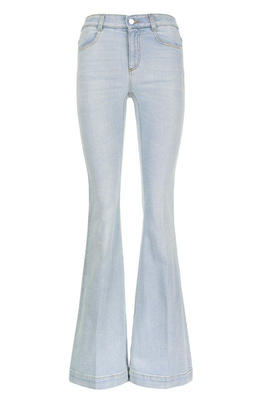 Джинсы Stella McCartneyДжинсы<br>Стелла Маккартни включила в коллекцию сезона весна-лето 2016 года джинсы клеш с посадкой на талии. Модель в стиле 1970-х годов сшита из плотного хлопка голубого цвета. Наши стилисты рекомендуют сочетать с белым топом и бежевыми босоножками.<br><br>Российский размер RU: 40<br>Пол: Женский<br>Возраст: Взрослый<br>Размер производителя vendor: 25<br>Материал: Хлопок: 98%; Спандекс: 2%;<br>Цвет: Голубой
