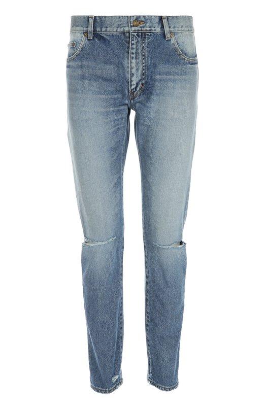 Джинсы Saint LaurentДжинсы<br>Зауженные джинсы с классической посадкой на талии сшиты из плотного хлопка цвета Light vintage blue. Модель с декоративными потертостями на коленях вошла в весенне-летнюю коллекцию бренда, основанного Ивом Сен-Лораном. Нам нравится сочетать с полосатым джемпером, курткой цвета хаки и белыми кедами.<br><br>Российский размер RU: 46<br>Пол: Мужской<br>Возраст: Взрослый<br>Размер производителя vendor: 31<br>Материал: Хлопок: 100%;<br>Цвет: Синий