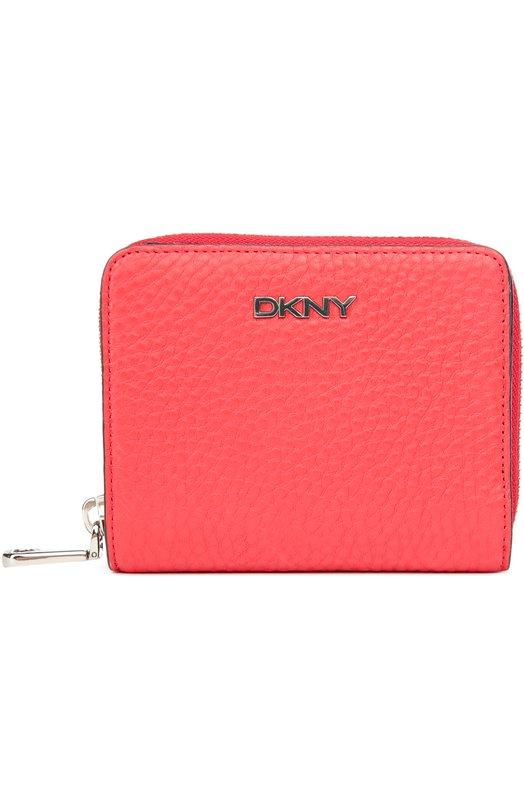Кожаное портмоне с логотипом бренда DKNYКошельки и портмоне<br>Красное портмоне вошло в осенне-зимнюю коллекцию 2016 года. Модель сшита из матовой зерненой кожи. Основное отделение застегивается на молнию, дополненную карабином. Внешний карман с пятью слотами для кредитных карт фиксируются кнопкой. Аксессуар украшен металлическим логотипом бренда.<br><br>Пол: Женский<br>Возраст: Взрослый<br>Размер производителя vendor: NS<br>Материал: Кожа натуральная: 100%<br>Цвет: Коралловый
