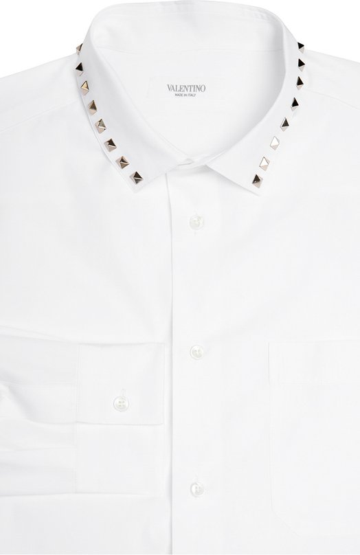 Хлопковая сорочка с металлическими шипами ValentinoРубашки<br>В осенне-зимнюю коллекцию 2016 года вошла белоснежная рубашка из тонкого мягкого хлопка. Край воротника кент украшен металлическими шипами-пирамидами, ставшими характерным декором для одежды бренда, основанного Валентино Гаравани. Советуем сочетать с черным костюмом и темными дерби.<br><br>Российский размер RU: 50<br>Пол: Мужской<br>Возраст: Взрослый<br>Размер производителя vendor: 41<br>Материал: Хлопок: 100%;<br>Цвет: Белый