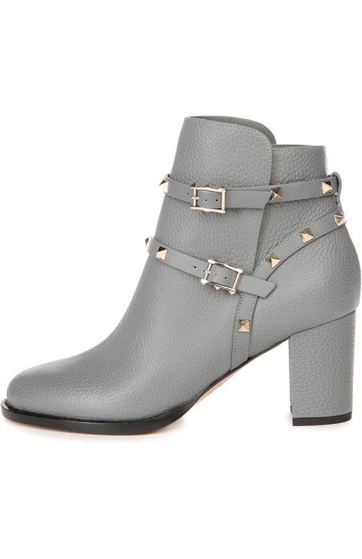 Кожаные ботильоны Rockstud с ремешками ValentinoБотильоны<br>Серые ботильоны из мелкозернистой матовой кожи вошли в осенне-зимнюю коллекцию 2016 года. Модель на устойчивом каблуке декорирована металлическими шипами-пирамидами, знаковыми для обуви бренда, основанного Валентино Гаравани. Два тонких ремешка с пряжками плотно фиксируют обувь на ноге.<br><br>Российский размер RU: 37<br>Пол: Женский<br>Возраст: Взрослый<br>Размер производителя vendor: 37-5<br>Материал: Кожа натуральная: 100%; Стелька-кожа: 100%; Подошва-кожа: 100%;<br>Цвет: Серый