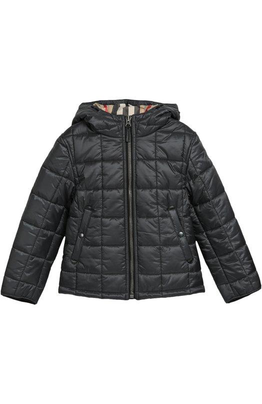 Стеганая куртка с капюшоном BurberryВерхняя одежда<br>Стеганая куртка с капюшоном вошла в осенне-зимнюю коллекцию 2016 года. Кристофер Бейли выбрал для создания изделия серый непромокаемый нейлон, для подкладки — бежевый хлопок в клетку. Модель застегивается на молнию, боковыми карманы — на кнопки.<br><br>Российский размер RU: 34<br>Пол: Мужской<br>Возраст: Детский<br>Размер производителя vendor: 8Y<br>Материал: Полиэстер: 100%; Подкладка-полиэстер: 100%;<br>Цвет: Серый