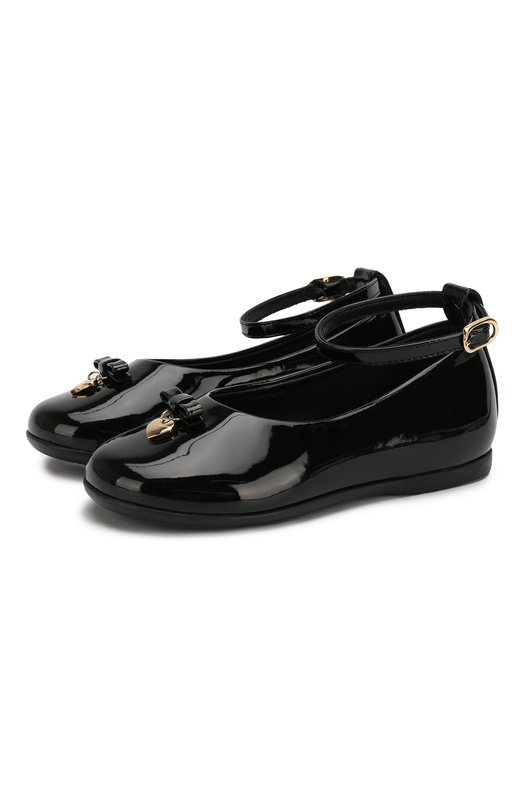Кожаные туфли с бантом и подвеской Dolce &amp; GabbanaТуфли<br>Доменико Дольче и Стефано Габбана включили в коллекцию сезона осень-зима 2016 года черные туфли из мягкой лаковой кожи. Модель с круглым мысом, на небольшом каблуке декорирована небольшим бантом и металлической подвеской в форме сердец. Обувь фиксируется на щиколотке тонким ремешком.<br><br>Российский размер RU: 19<br>Пол: Женский<br>Возраст: Детский<br>Размер производителя vendor: 19<br>Материал: Стелька-кожа: 100%; Подошва-резина: 100%; Кожа натуральная: 100%; Стелька-кожа: 100%; Подошва-резина: 100%;<br>Цвет: Черный