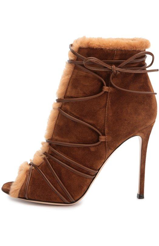 Замшевые ботильоны Aspen с меховой отделкой Gianvito RossiБотильоны<br>Джанвито Росси включил ботильоны, отделанные овчиной, в осенне-зимнюю коллекцию 2016 года. Для изготовления модели Aspen с открытым мысом и глубоким вырезом на подъеме мастера бренда использовали бархатистую замшу коричневого цвета. Обувь фиксируется на ноге тонкими кожаными шнурками в тон.<br><br>Российский размер RU: 41<br>Пол: Женский<br>Возраст: Взрослый<br>Размер производителя vendor: 41<br>Материал: Стелька-кожа: 100%; Подошва-кожа: 100%; Отделка кожа натуральная: 100%; Замша натуральная: 100%; Отделка мех./овчина/: 100%;<br>Цвет: Коричневый