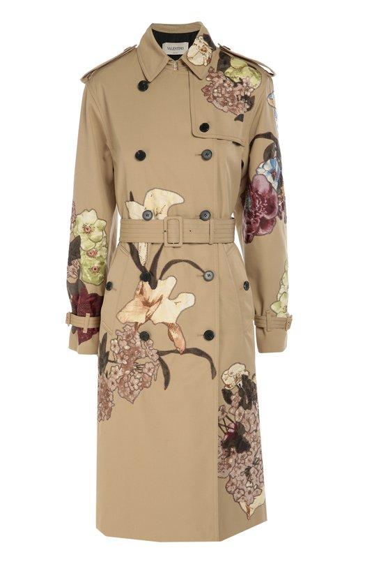 Двубортный тренч с аппликациями ValentinoПальто и плащи<br>Бежевый тренч украшен шелковыми аппликациями, повторяющими архивный принт Kimono, впервые использованный Валентино Гаравани в 1997 году. Для создания модели из осенне-зимней коллекции 2016 года использована плотная хлопковая ткань с водонепроницаемой пропиткой.<br><br>Российский размер RU: 40<br>Пол: Женский<br>Возраст: Взрослый<br>Размер производителя vendor: 38<br>Материал: Полиэстер: 65%; Хлопок: 35%; Подкладка-шелк: 100%; Отделка-шелк: 100%;<br>Цвет: Кремовый