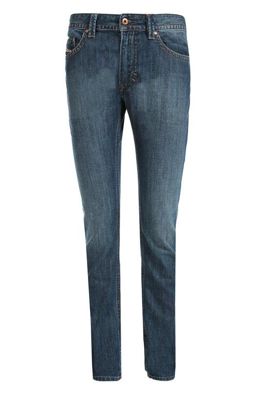 Зауженные джинсы с контрастной отстрочкой DieselДжинсы<br>Для создания зауженной модели использован плотный хлопок с небольшими потертостями. Синие джинсы из осенне-зимней коллекции 2016 года прошиты контрастной нитью. Пояс со шлевками для широкого ремня дополнен кожаной нашивкой с логотипом марки. Советуем сочетать с серым свитером и белыми кедами.<br><br>Российский размер RU: 48<br>Пол: Мужской<br>Возраст: Взрослый<br>Размер производителя vendor: 33-32<br>Материал: Хлопок: 100%;<br>Цвет: Синий