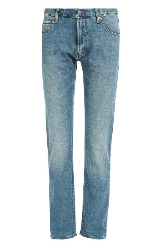 Зауженные джинсы с потертостями Armani JeansДжинсы<br>Голубые джинсы вошли в осенне-зимнюю коллекцию 2016 года. Модель зауженного кроя сшита из плотного эластичного хлопка. Правый задний карман декорирован металлическим логотипом марки, основанной Джорджио Армани. Советуем носить с серым пуловером и коричневыми кроссовками.<br><br>Российский размер RU: 46<br>Пол: Мужской<br>Возраст: Взрослый<br>Размер производителя vendor: 31-32<br>Материал: Хлопок: 99%; Эластан: 1%;<br>Цвет: Голубой