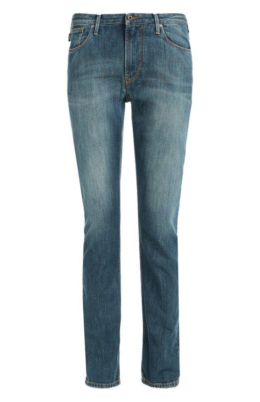 Зауженные джинсы с потертостями и контрастной отстрочкой Armani JeansДжинсы<br>Синие джинсы с небольшими потертостями сшиты из плотного хлопка стрейч. Зауженная модель со шлевками для широкого ремня вошла в осенне-зимнюю коллекцию марки, основанной Джорджио Армани. Рекомендуем носить со светлой рубашкой, а также пуловером и ботинками черного цвета.<br><br>Российский размер RU: 48<br>Пол: Мужской<br>Возраст: Взрослый<br>Размер производителя vendor: 33-32<br>Материал: Хлопок: 98%; Эластан: 2%;<br>Цвет: Синий