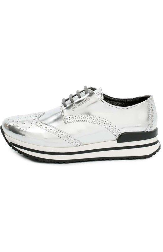 Кроссовки из металлизированной кожи с перфорацией SimonettaСпортивная обувь<br>Обувь из осенне-зимней коллекции 2016 года сшита из гладкой серебряной кожи. Модель с определенной долей условности можно назвать кроссовками. Верх стилизован под броги (отсюда перфорация вдоль швов и на мысе). Вместо классической тонкой подошвы с каблуком – легкая широкая подошва с беговым протектором.<br><br>Российский размер RU: 35<br>Пол: Женский<br>Возраст: Детский<br>Размер производителя vendor: 35<br>Материал: Кожа натуральная: 100%; Стелька-кожа: 100%; Подошва-резина: 100%;<br>Цвет: Серебряный