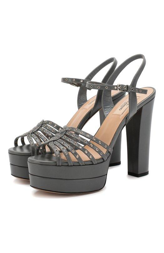 Кожаные босоножки Love Latch на устойчивом каблуке ValentinoБосоножки<br>Серые босоножки Love Latch на широкой платформе и высоком устойчивом каблуке вошли в осенне-зимнюю коллекцию бренда, основанного Валентино Гаравани. Модель с тонкими ремешками, декорированными металлическими люверсами, выполнена из мягкой гладкой кожи.<br><br>Российский размер RU: 39<br>Пол: Женский<br>Возраст: Взрослый<br>Размер производителя vendor: 39<br>Материал: Кожа натуральная: 100%; Стелька-кожа: 100%; Подошва-кожа: 100%;<br>Цвет: Серый