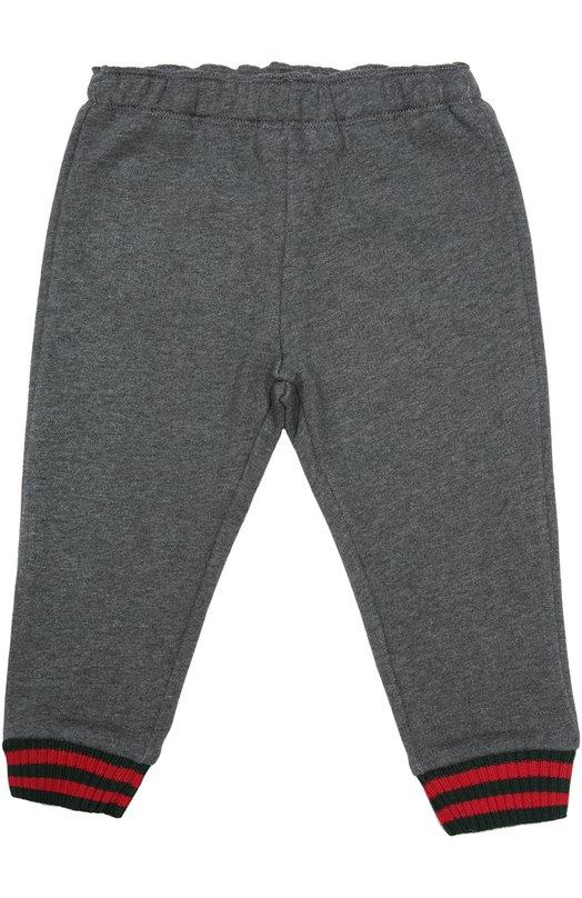 Брюки джерси с контрастными манжетами GucciОдежда<br>Для производства серых брюк с поясом на резинке дизайнеры бренда выбрали плотный мягкий хлопок. Модель с накладным задним карманом из коллекции сезона осень-зима 2016 года дополнена эластичными манжетами в двухцветную полоску Web.<br><br>Размер Months: 36<br>Пол: Женский<br>Возраст: Для малышей<br>Размер производителя vendor: 98-104cm<br>Материал: Отделка-хлопок: 97%; Отделка-полиамид: 2%; Хлопок: 100%; Отделка-эластан: 1%;<br>Цвет: Серый