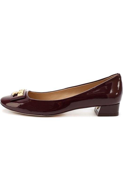 Лаковые туфли с брошью Tory BurchБалетки<br>Создавая бордовые туфли Gigi с круглым мысом, Тори Берч вдохновлялась стилем 1960-х годов. Обувь с металлической пряжкой в виде буквы «T» в прямоугольной рамке сшита из гладкой лаковой кожи. Модель на квадратном каблуке средней высоты вошла в коллекцию сезона осень-зима 2016 года.<br><br>Российский размер RU: 38<br>Пол: Женский<br>Возраст: Взрослый<br>Размер производителя vendor: 8<br>Материал: Кожа натуральная: 100%; Стелька-кожа: 100%; Подошва-кожа: 100%; Подошва-резина: 100%;<br>Цвет: Бордовый