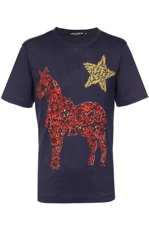 Хлопковая футболка с принтом Dolce &amp; GabbanaФутболки<br>Доменико Дольче и Стефано Габбана включили в коллекцию сезона осень-зима 2016 года футболку из плотного мягкого хлопка синего цвета. Ярко-красные и золотистые рисунки в виде лошади, звезды сердца будто выложены камнями. Круглая горловина и плечевые швы намеренно не обработаны.<br><br>Российский размер RU: 50<br>Пол: Мужской<br>Возраст: Взрослый<br>Размер производителя vendor: 50<br>Материал: Хлопок: 100%;<br>Цвет: Темно-синий