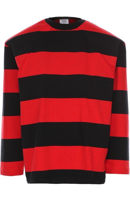 Хлопковый свитшот с широкими плечами и контрастными полосками VetementsСвитеры<br>Демна Гвасалия выбрал для создания пуловера с круглым вырезом мягкий хлопковый джерси в широкую красно-черную полоску, для канта – темный трикотаж-резинку. Модель с длинными рукавами и спущенной линией плеч вошла в коллекцию сезона осень-зима 2016 года. На спинке – белый принт в виде логотипа марки.<br><br>Российский размер RU: 40<br>Пол: Женский<br>Возраст: Взрослый<br>Размер производителя vendor: XS<br>Материал: Хлопок: 100%;<br>Цвет: Разноцветный