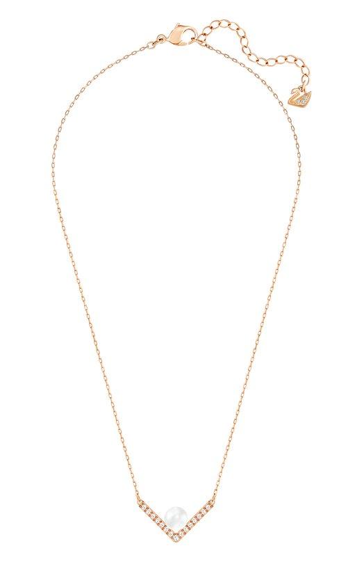 Ожерелье Edify SwarovskiПодвески<br>Ожерелье Edify на цепочке средней длины вошло в осенне-зимнюю коллекцию 2016 года. Для изготовления основы использован металл с покрытием из розового золота. Аксессуар дополнен V-образным элементом с паве из мелких прозрачных кристаллов и крупной белой жемчужиной.<br><br>Пол: Женский<br>Возраст: Взрослый<br>Размер производителя vendor: NS<br>Материал: Металл с покрытием из розового золота; Кристаллы Сваровски; Кристальный жемчуг;<br>Цвет: Золотой