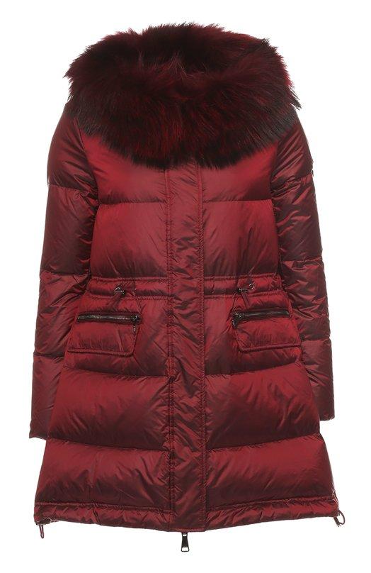 Приталенный пуховик с меховой отделкой OdriКуртки<br>Приталенное стеганое пальто Letizia из осенне-зимней коллекции 2016 года дополнена двумя боковыми карманами на молнии и капюшоном с отделкой из меха енота, окрашенного в тон изделию. Для создания бордового пуховика использована легкая водоотталкивающая ткань.<br><br>Российский размер RU: 40<br>Пол: Женский<br>Возраст: Взрослый<br>Размер производителя vendor: 38<br>Материал: Полиэстер: 100%;  Пух: 90%; Перо: 10%; Натуральный мех енота;<br>Цвет: Бордовый