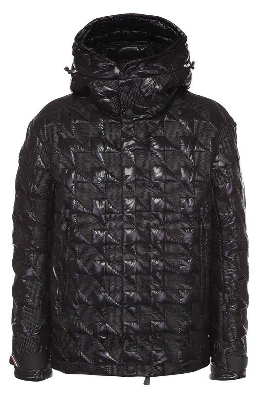 Стеганый пуховик Bussang с капюшоном MonclerКуртки<br>В осенне-зимнюю коллекцию 2016 года вошла черная стеганая куртка из ультралегкого лакированного нейлона. Пуховик Bussang с капюшоном, двумя карманами и фактурной отделкой застегивается на молнию, скрытую за планкой с кнопками. Советуем носить с синей водолазкой, а также с брюками и обувью в тон.<br><br>Российский размер RU: 48<br>Пол: Мужской<br>Возраст: Взрослый<br>Размер производителя vendor: 5<br>Материал: Пух: 90%; Полиамид: 100%; Подкладка-полиамид: 100%; Перо: 10%;<br>Цвет: Черный