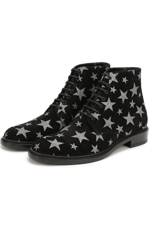 Замшевые ботинки Lolita с принтом в виде звезд Saint LaurentБотинки<br>Энтони Ваккарелло включил в коллекцию сезона весна-лето 2017 года черные ботинки Lolita на шнуровке. Она стала первой, созданной дизайнером для марки, основанной Ивом Сен-Лораном. Модель с круглым мысом и низким широким каблуком сшита из мягкой непромокаемой замши со звездным рисунком.<br><br>Российский размер RU: 38<br>Пол: Женский<br>Возраст: Взрослый<br>Размер производителя vendor: 38<br>Материал: Стелька-кожа: 100%; Подошва-кожа: 100%; Замша натуральная: 100%;<br>Цвет: Черный