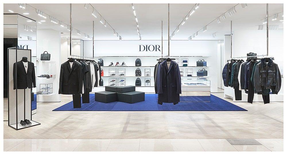 Корнер Dior Homme, общей площадью 100 кв. метров, расположился на втором  этаже. Здесь можно найти смокинги, костюмы, верхнюю одежду, одежду и обувь  для ... c86660965aa